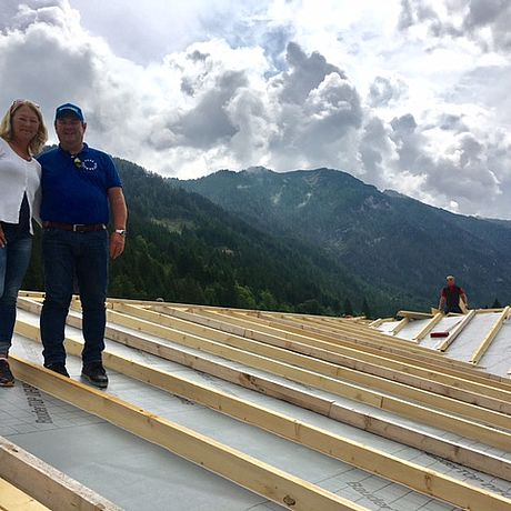 Auch am Dach geht's rund - unser Zimmerer macht die Unterkonstruktion für das Ziegeldach